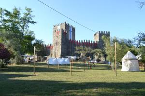 castillo de guimaraes engalanado para la feria